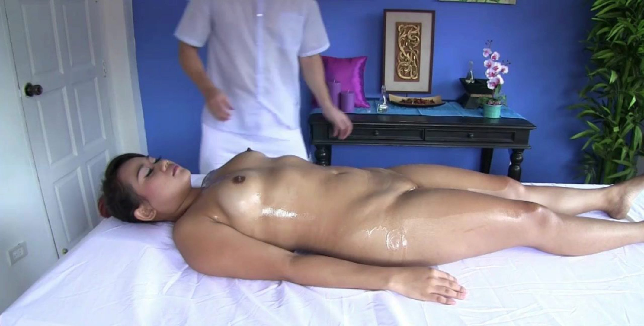 Masseuse acquires jiggish and bonks a chubby Thai girl
